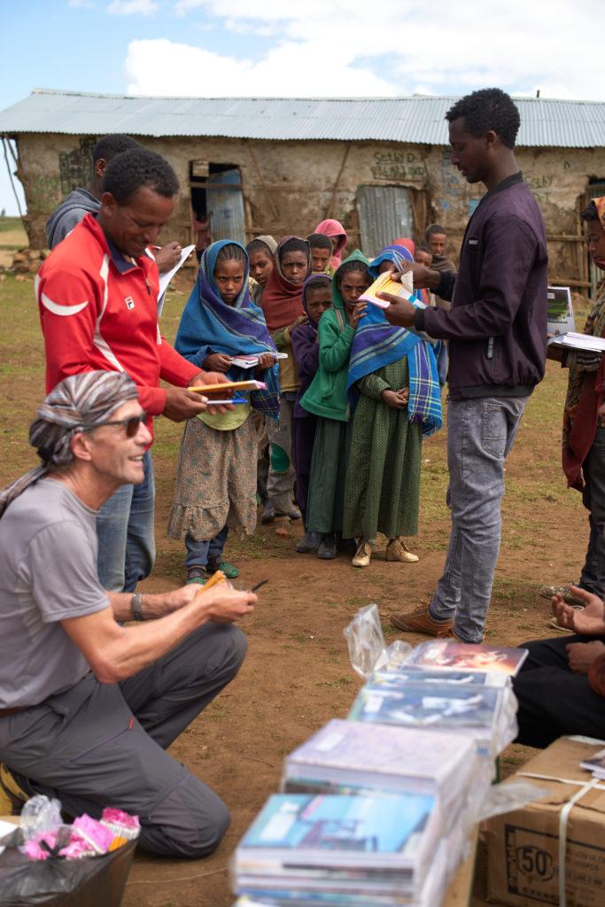 Distribution matériel scolaire par Fondation Children in the Cloud, Montagnes du Simien Ethiopie