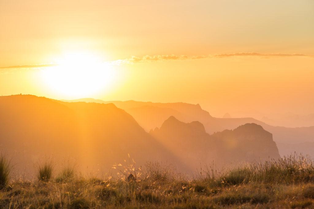 coucher de soleil sur les montagnes du Simien en Ethiopie. calendrier, date et heure éthiopie.