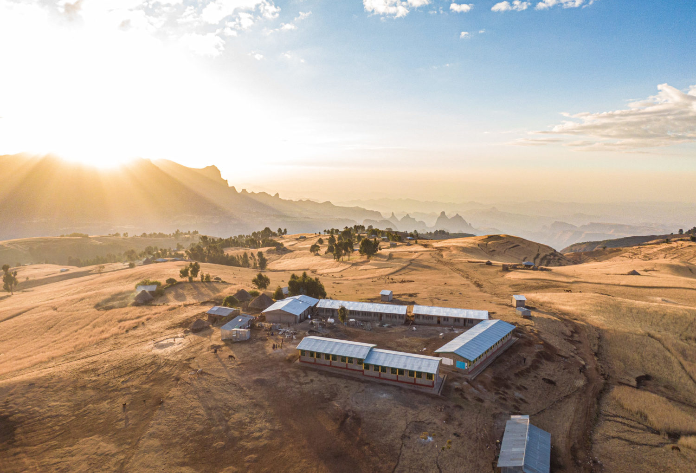 l'école de Sona construite par l'ONG Children in the Cloud vue au drone